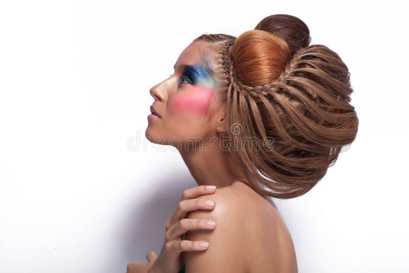 Härlig ung kvinna med den stora frisyren och makeup fotografering för bildbyråer