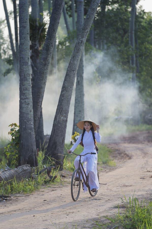 Härlig ung kvinna med den traditionella klänningen för Vietnam kultur, traditionell dräkt, tappningstil, Vietnam royaltyfria bilder