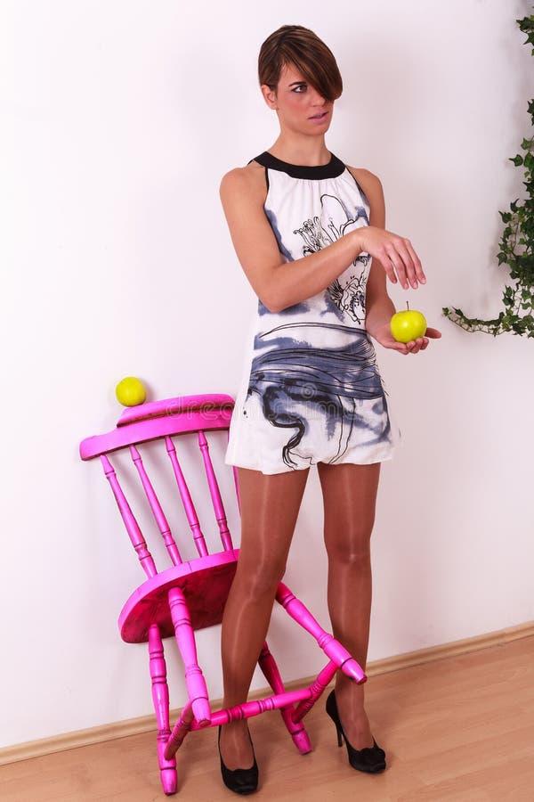 Härlig ung kvinna med den trendiga mini- klänningen royaltyfri fotografi