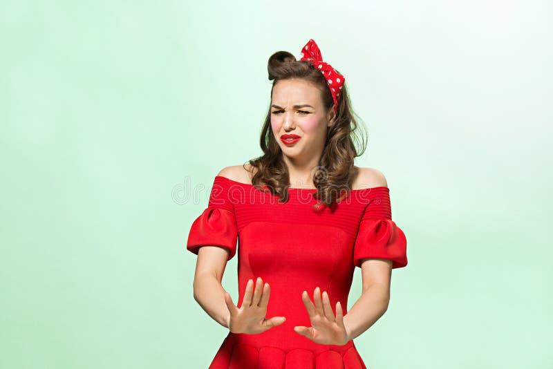 Härlig ung kvinna med den utvikningsbrudsmink och frisyren Studio som skjutas på vitbakgrund royaltyfria foton