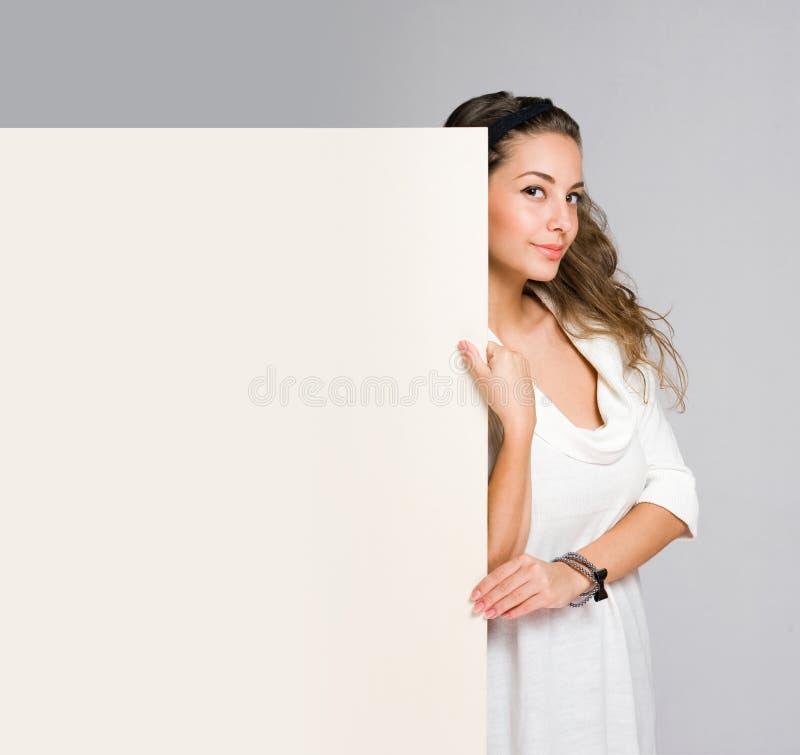 Härlig ung kvinna med det blanka banret. arkivbild
