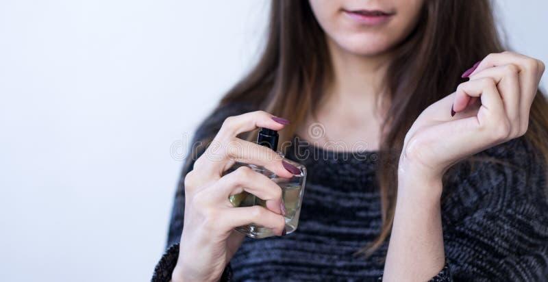 Härlig ung kvinna med en flaska av doft royaltyfria foton
