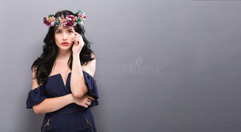 Härlig ung kvinna med en girland arkivbild