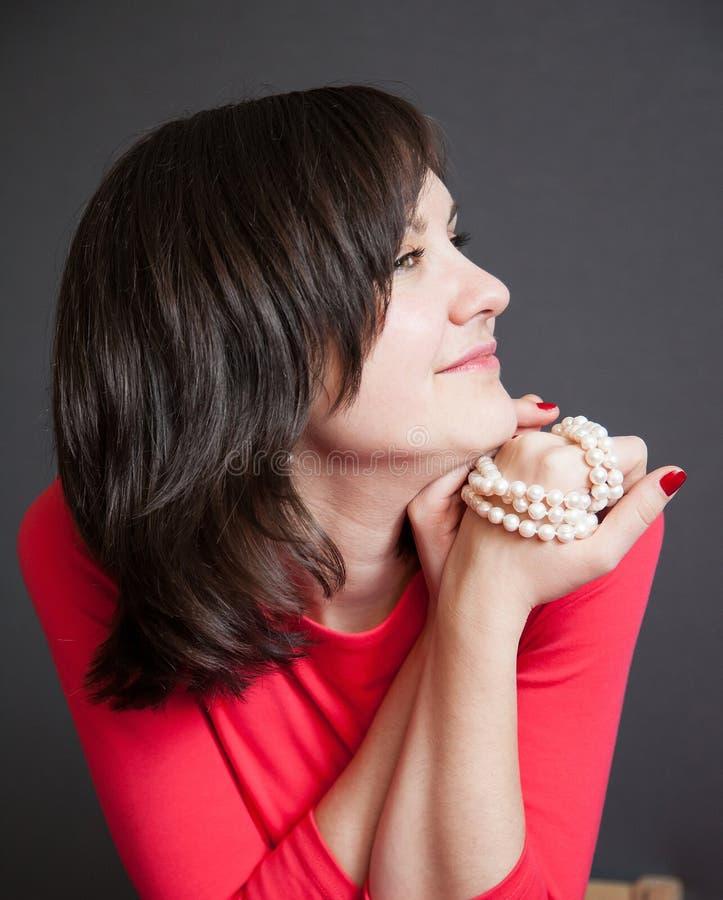 Härlig ung kvinna med en pärlemorfärg halsband arkivbilder