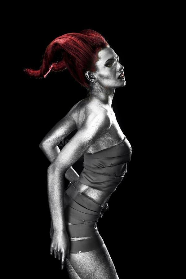 Härlig ung kvinna med fantastisk kropp-konst som capricorn på mörk bakgrund royaltyfria bilder