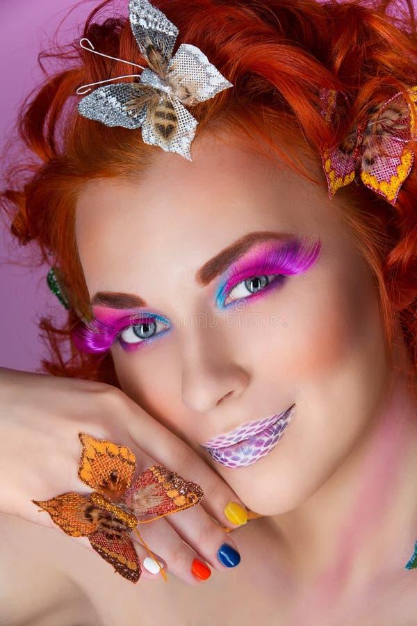 Härlig ung kvinna med fjärilar arkivfoto