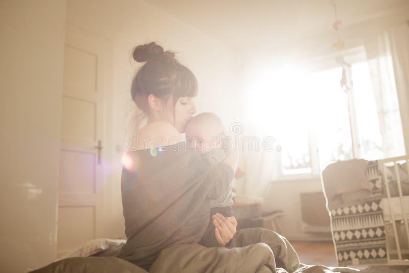 Härlig ung kvinna med hennes förtjusande lilla son arkivfoton