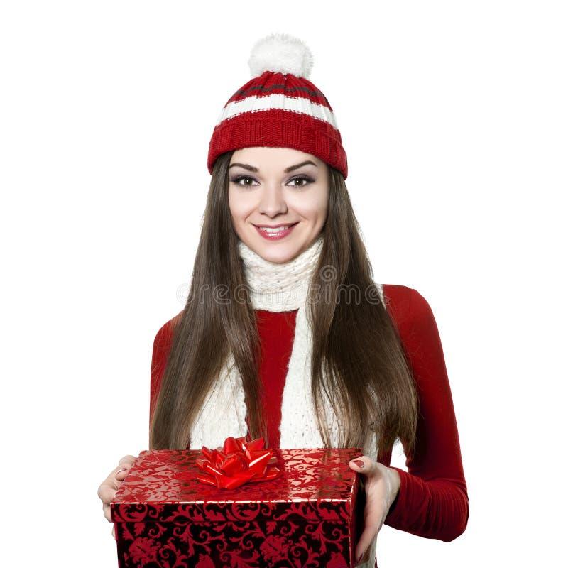 Härlig ung kvinna med julgåvan på vit bacground royaltyfri fotografi