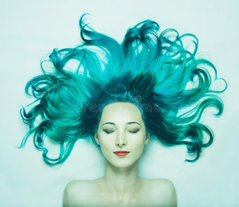 Härlig ung kvinna med långt hår av turkosfärg arkivbilder