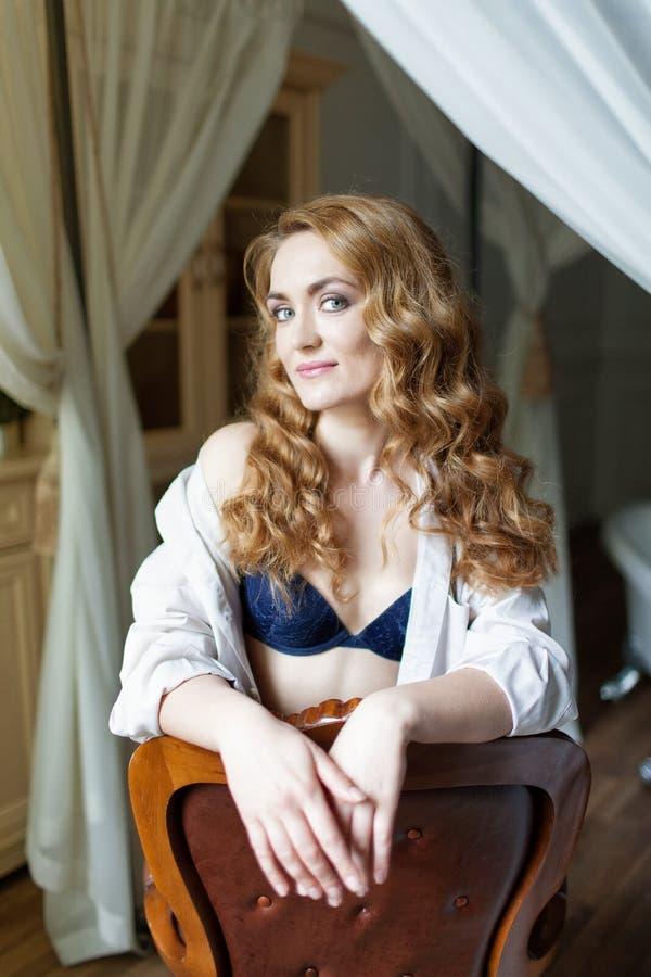Härlig ung kvinna med långt rött curvy hår royaltyfri bild