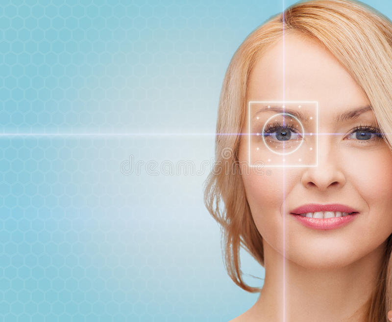 Härlig ung kvinna med ljusa linjer för laser royaltyfria bilder