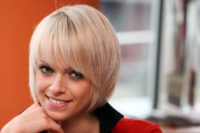 Härlig ung kvinna med moderiktigt blont hår arkivbild
