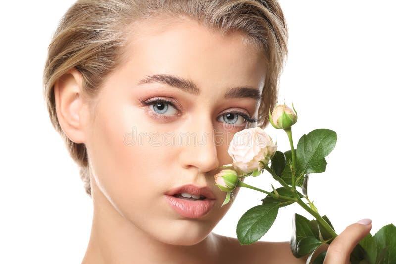 Härlig ung kvinna med näck makeup och blommor på vit bakgrund arkivfoto