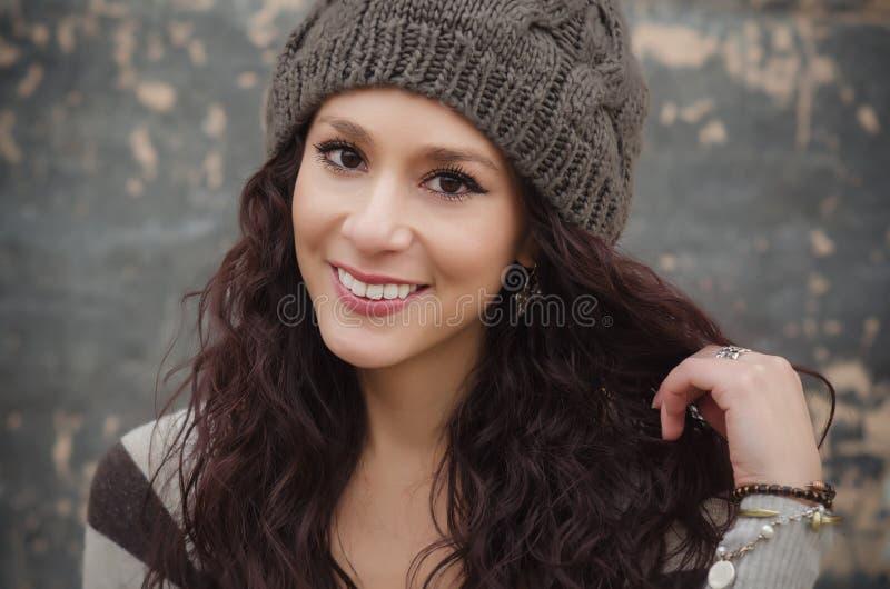 Härlig ung kvinna med nätt leende arkivbild