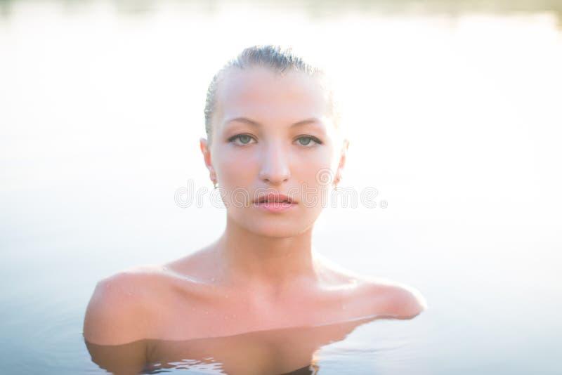 Härlig ung kvinna med nakna skuldror i stillhet arkivbilder