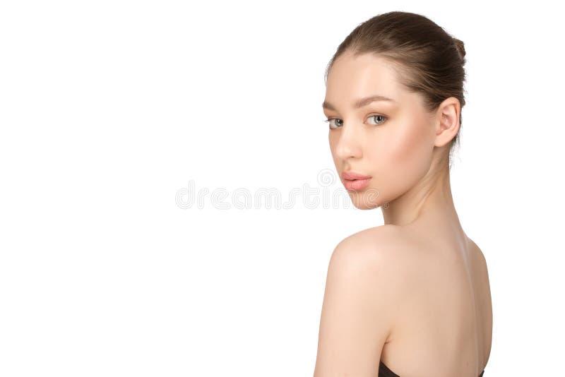 Härlig ung kvinna med perfekt hud för rengöring skönhet isolerad ståendewhite Spa, hudomsorg och wellnes royaltyfria foton