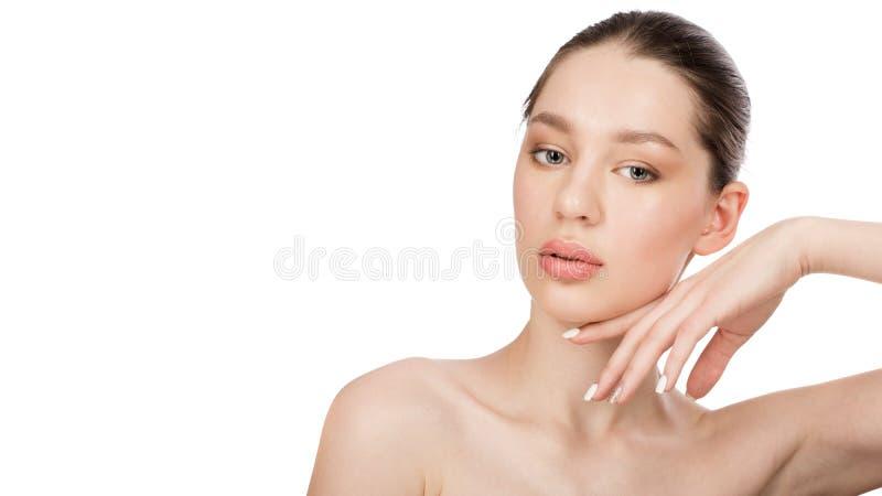 Härlig ung kvinna med perfekt hud för rengöring skönhet isolerad ståendewhite Spa arkivfoto