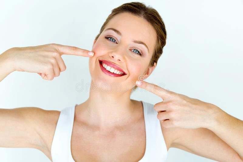 Härlig ung kvinna med perfekt leende Isolerat på vit royaltyfria foton
