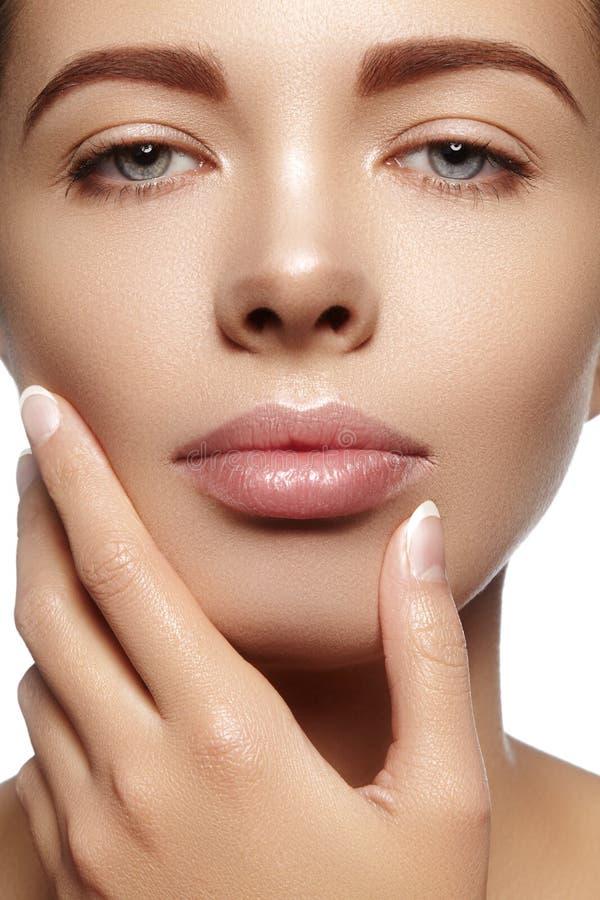 Härlig ung kvinna med perfekt ren skinande hud, naturlig modemakeup Närbildkvinna, ny brunnsortblick royaltyfri foto