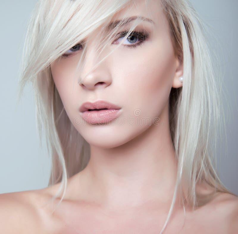 Härlig ung kvinna med prickfri hud arkivfoton