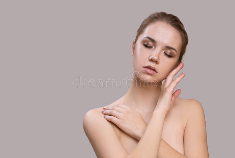 Härlig ung kvinna med ren ny hud fotografering för bildbyråer