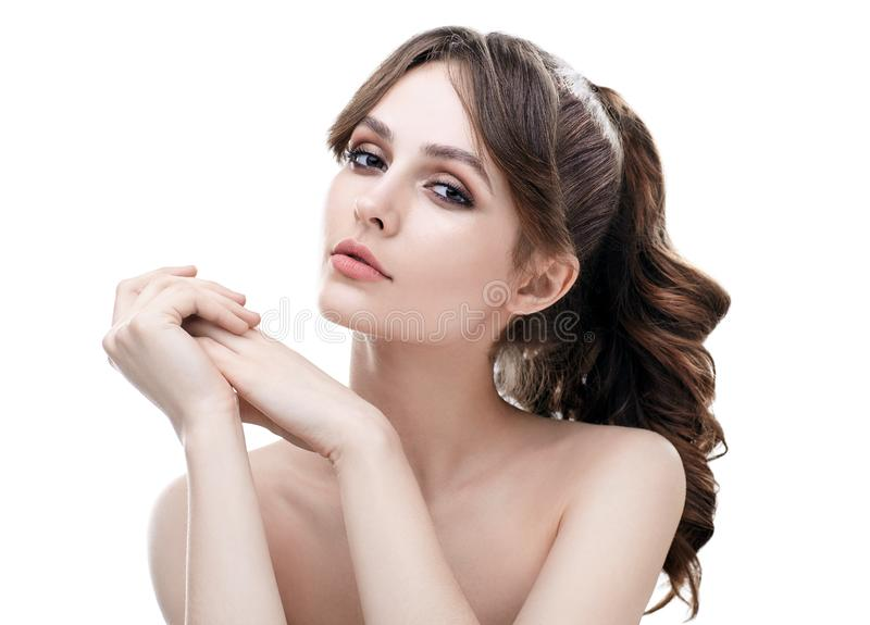 Härlig ung kvinna med ren sund hud som isoleras på vit royaltyfria bilder