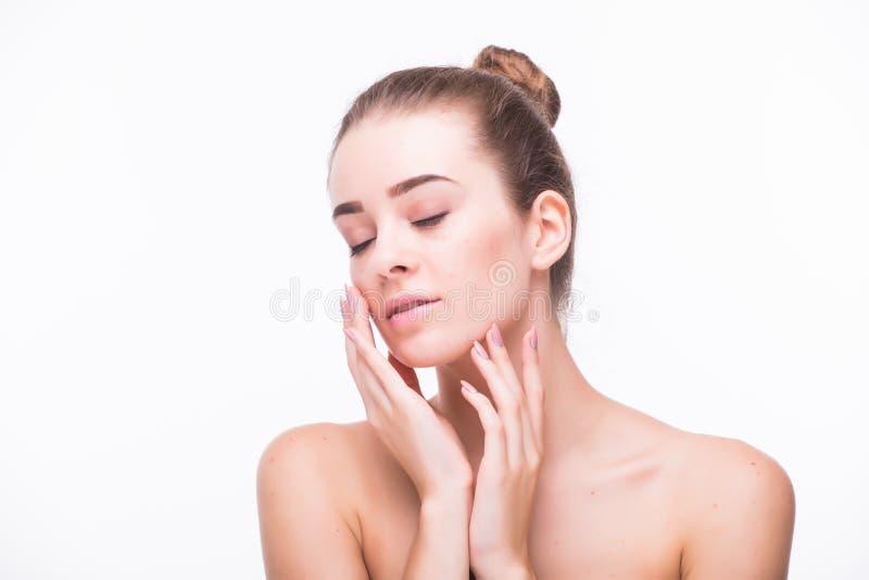 Härlig ung kvinna med rent nytt hudhandlag egna framsida Ansikts- behandling Cosmetology, skönhet och brunnsort royaltyfri fotografi
