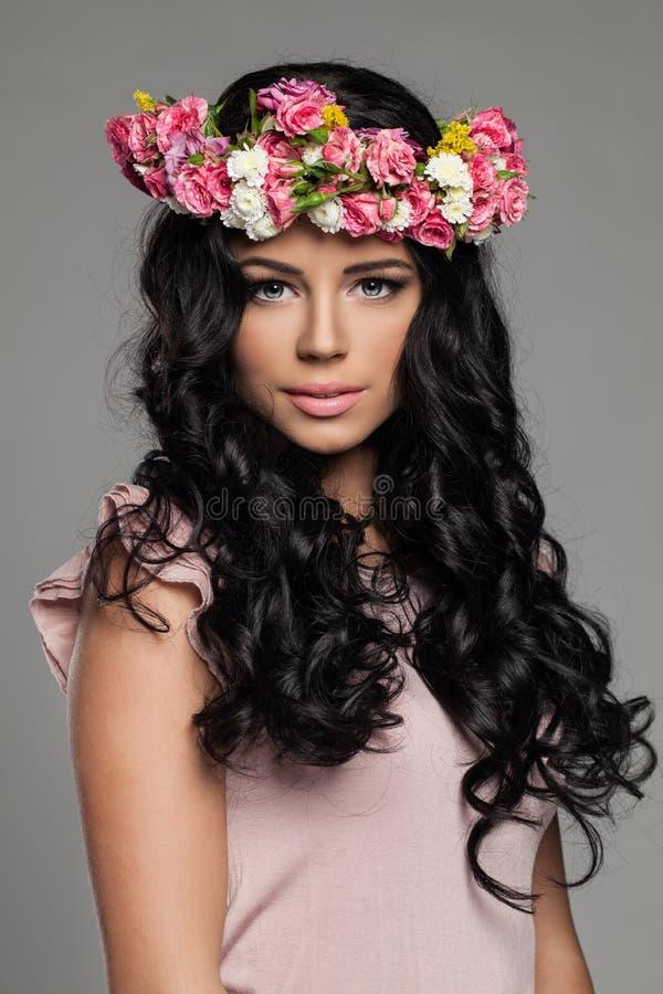 Härlig ung kvinna med smink royaltyfri bild