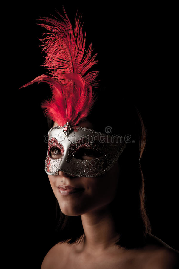 Härlig ung kvinna med ståenden för studio för venice karnevalmaskering royaltyfri bild
