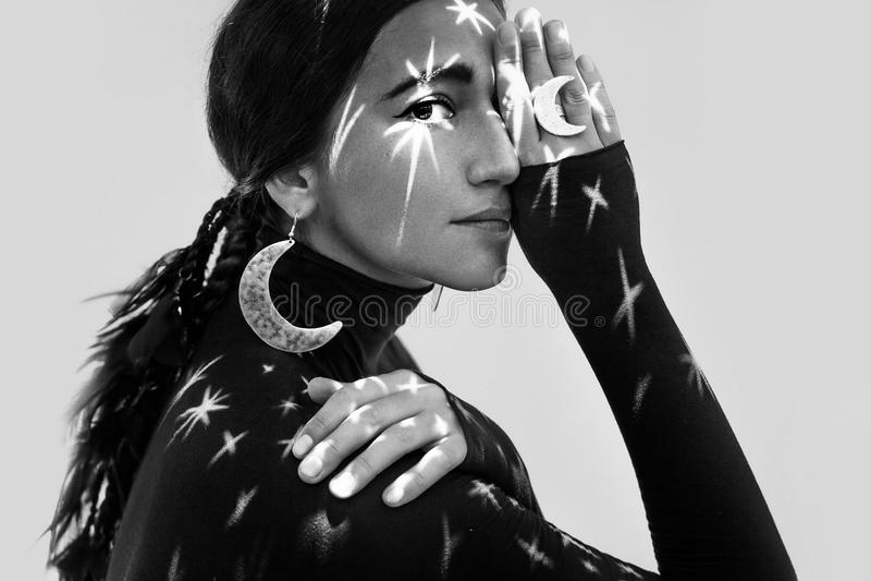 Härlig ung kvinna med stilfulla smycken dröm- begrepp för natt royaltyfria bilder
