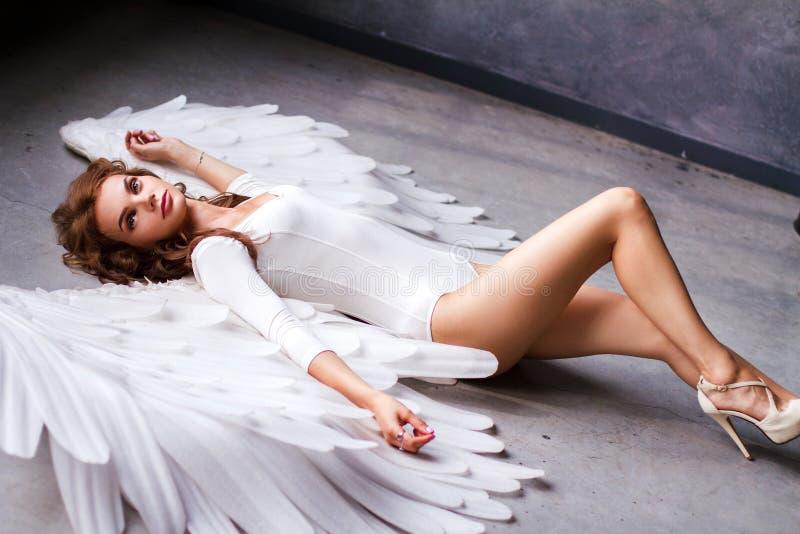 Härlig ung kvinna med stora ängelvingar arkivfoton