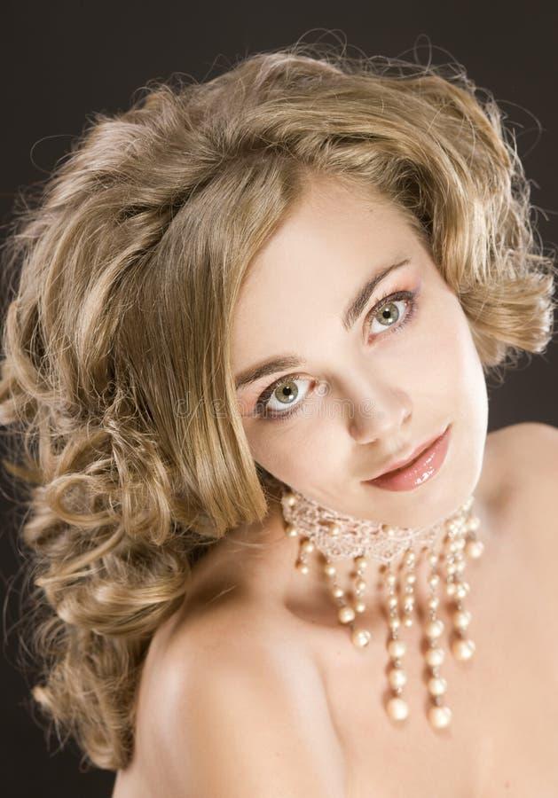 Härlig ung kvinna med trendigt utforma för naturligt hår royaltyfri bild