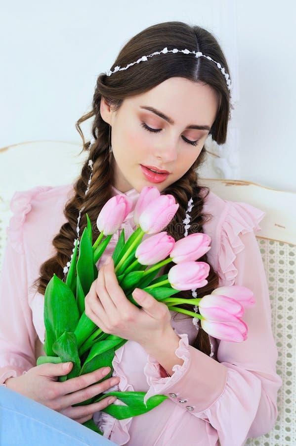 Härlig ung kvinna med tulpanbuketten royaltyfri fotografi