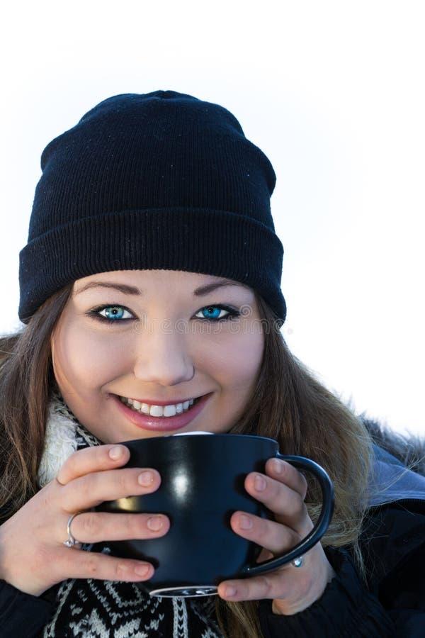 Härlig ung kvinna med varm choklad arkivbild