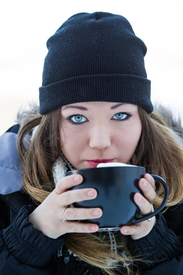 Härlig ung kvinna med varm choklad fotografering för bildbyråer