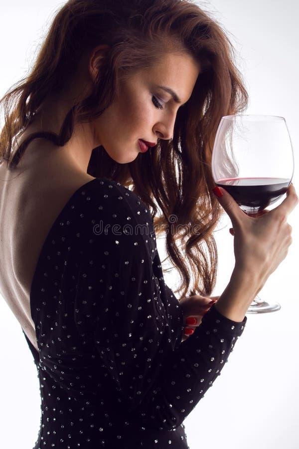 Härlig ung kvinna med vinexponeringsglas fotografering för bildbyråer