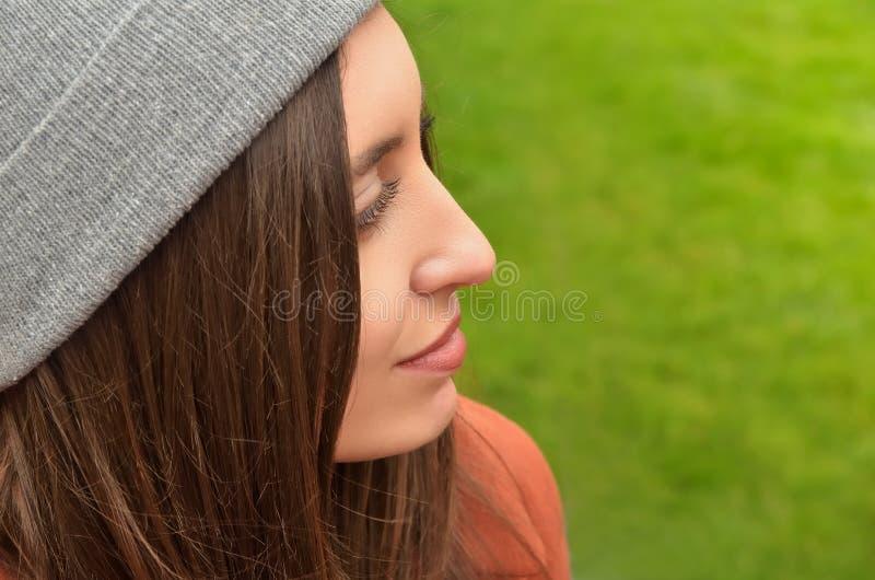 Härlig ung kvinna mot grön bakgrund royaltyfri bild