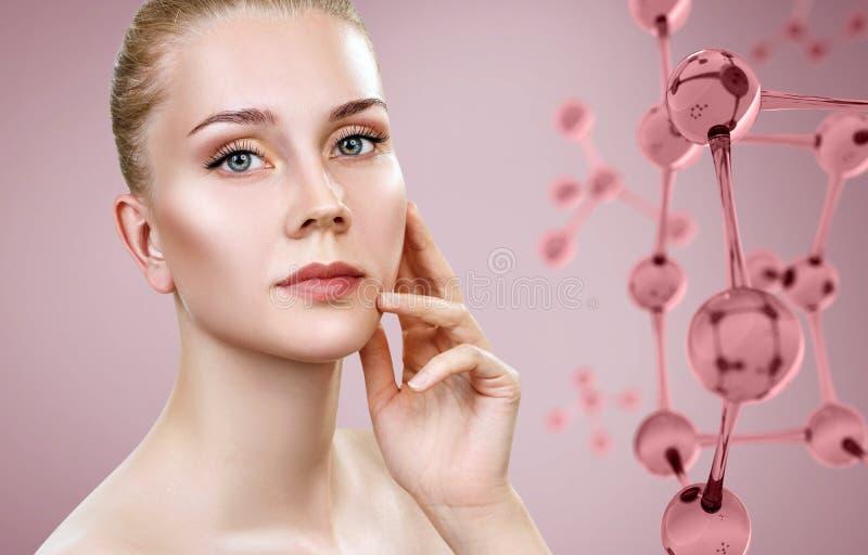 Härlig ung kvinna nära rosa exponeringsglasmolekylar arkivfoto