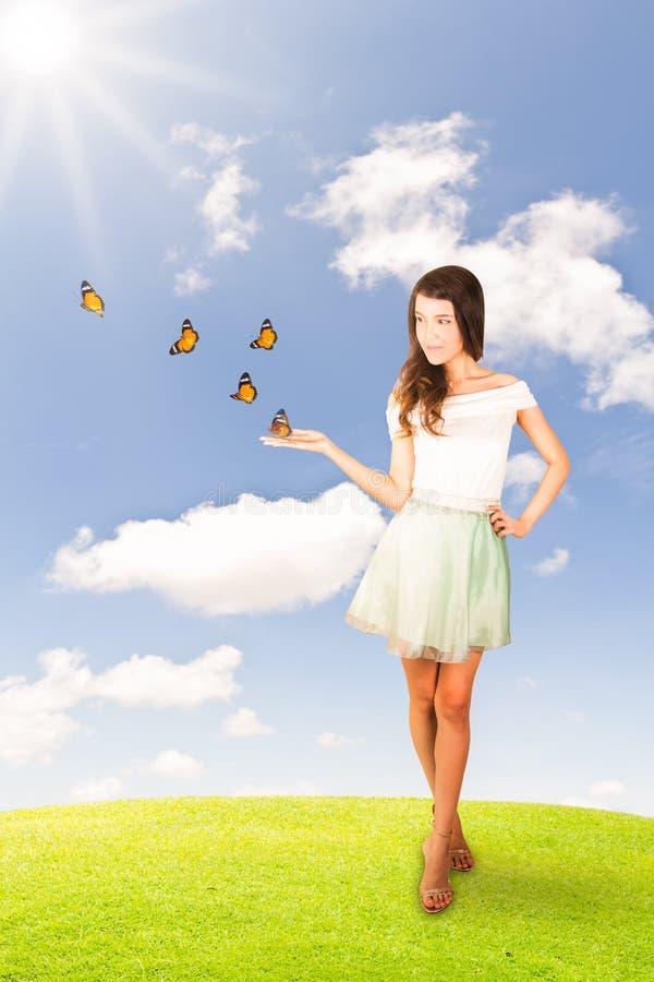 Härlig ung kvinna och fjärilar royaltyfri bild