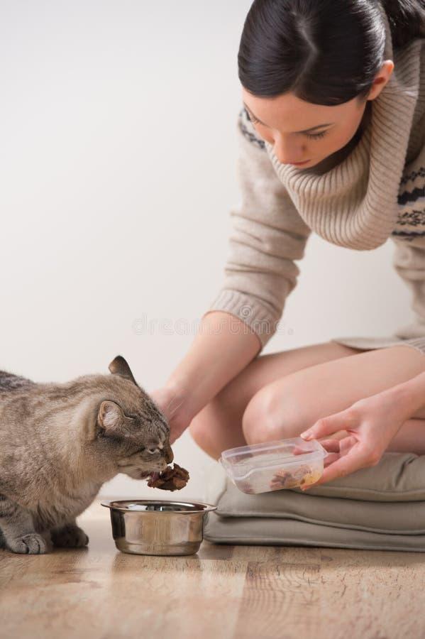 Härlig ung kvinna och hennes katt arkivbilder