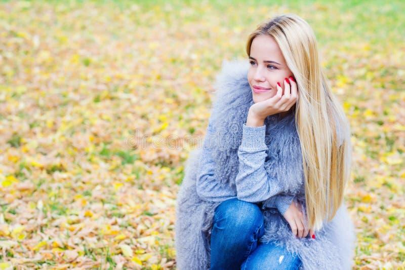 Härlig ung kvinna på autmnbakgrund royaltyfria foton