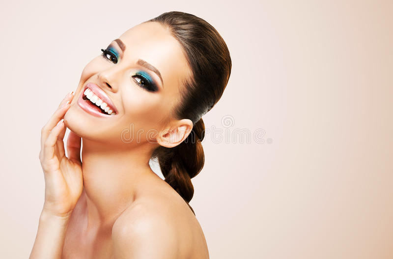 Härlig ung kvinna på beige bakgrund royaltyfri fotografi