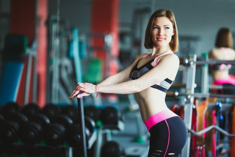 Härlig ung kvinna på idrottshallen arkivbild
