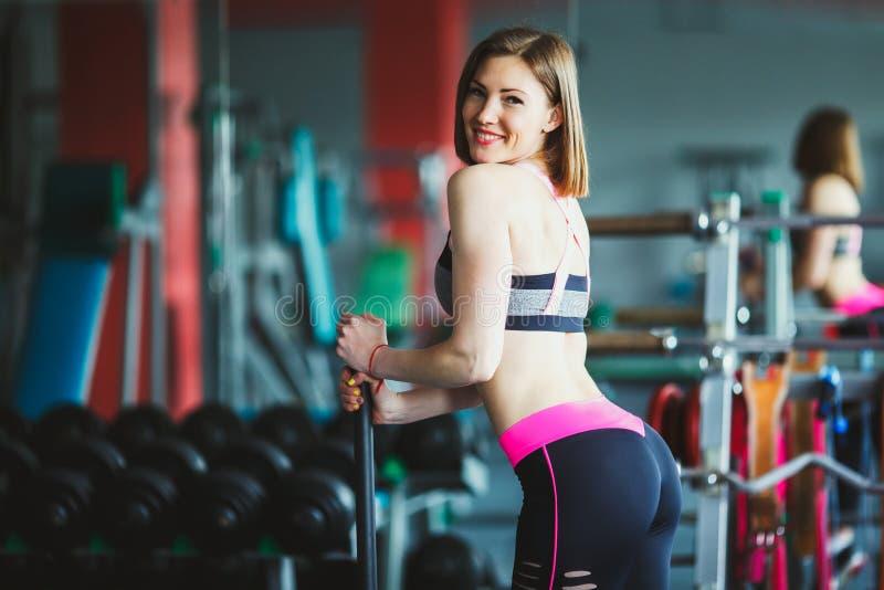 Härlig ung kvinna på idrottshallen arkivbilder