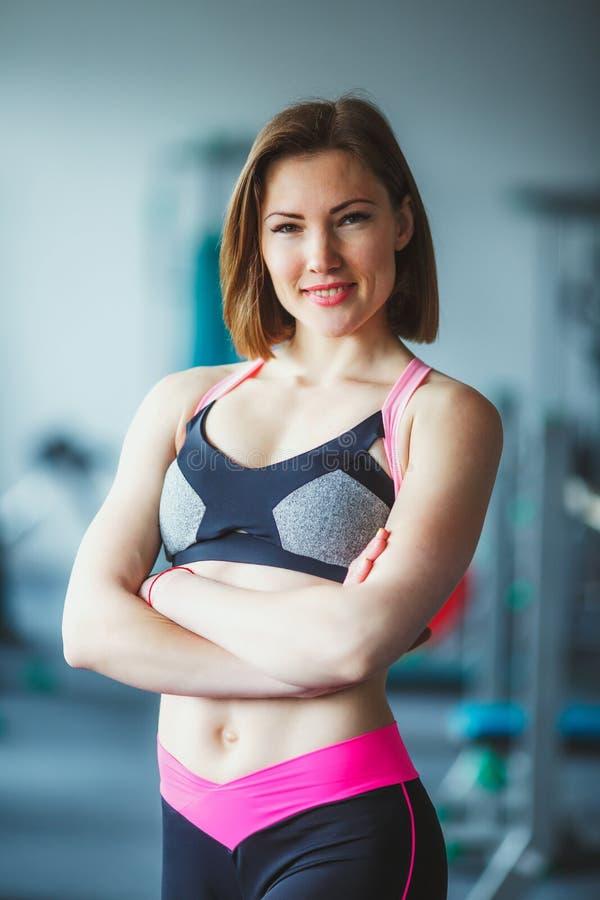 Härlig ung kvinna på idrottshallen fotografering för bildbyråer
