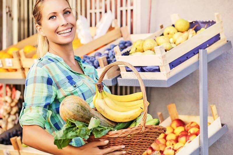 Härlig ung kvinna på livsmedelsbutiken royaltyfria foton