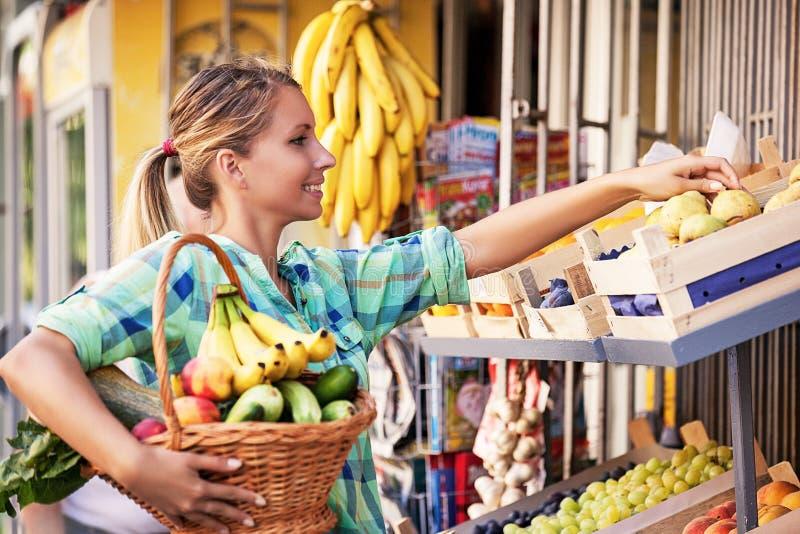 Härlig ung kvinna på livsmedelsbutiken arkivfoto