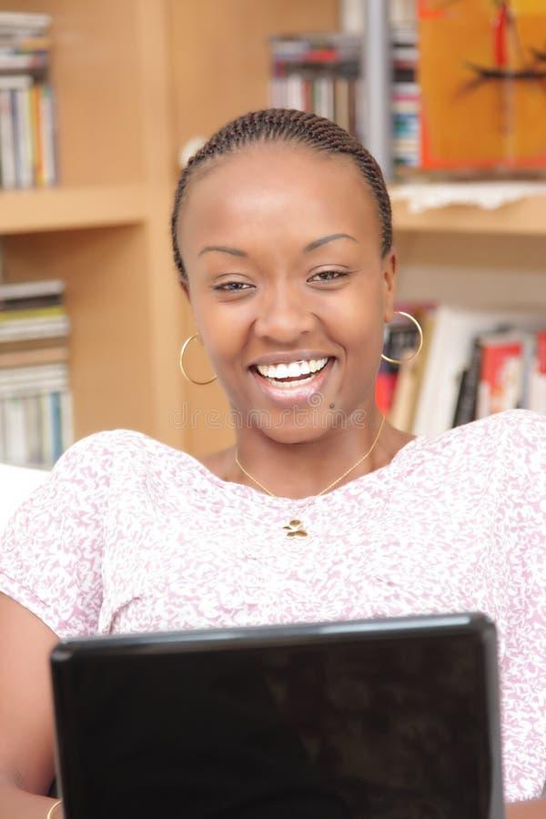 Härlig ung kvinna som använder bärbar dator arkivfoton