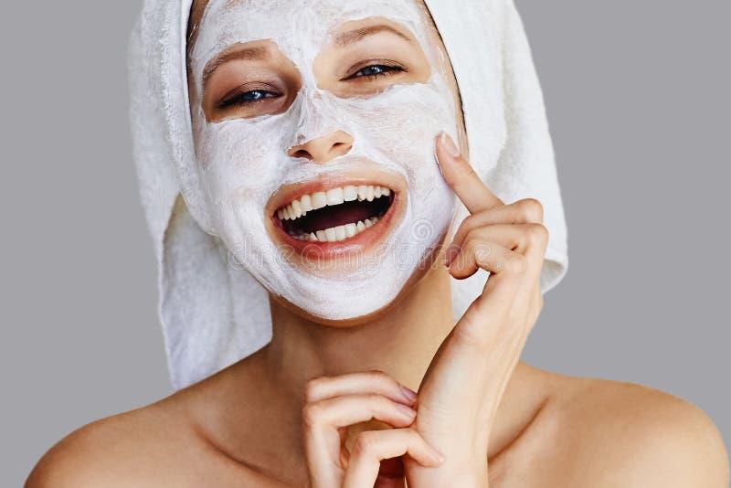 Härlig ung kvinna som applicerar den ansikts- maskeringen på hennes framsida Hudomsorg och behandling, brunnsort, naturlig skönhe arkivfoto