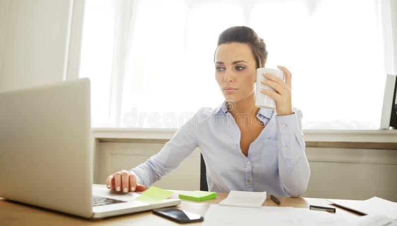 Härlig ung kvinna som arbetar i inrikesdepartementet royaltyfri fotografi